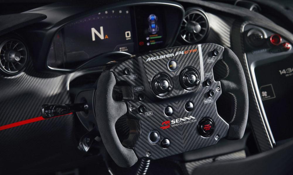 """O volante multifunções P1 GTR foi recortado em Alcantara com costura de cor correspondente à """"roda"""" do MP4 / 4."""