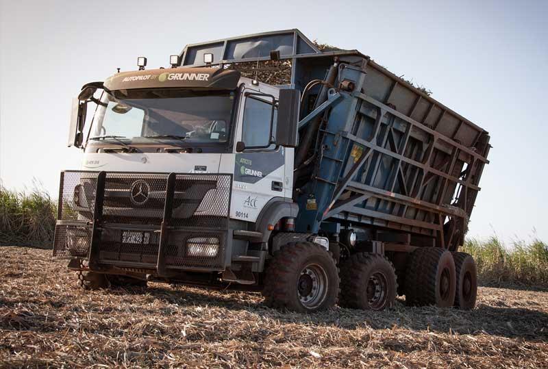 Axor 3131 com direção autônoma. Esse é o primeiro caminhão da marca com condução autônoma a ser utilizado numa operação diária de colheita de cana-de-açúcar no Brasil.