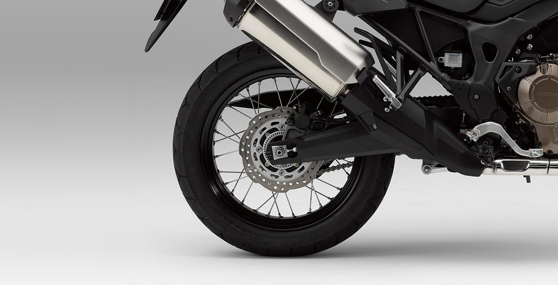 Na traseira, o disco de 256mm e a possibilidade de desativar o ABS para pilotagem offroad.