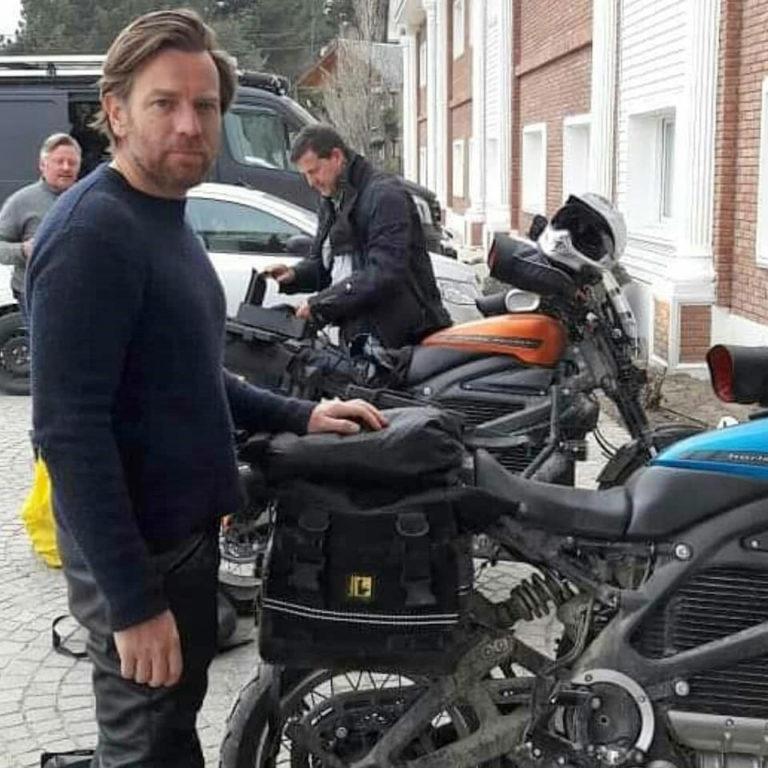 Ewan com Charley e o cinegrafista Claudio von Planta ao fundo, fora do Hotel Lagos del Calafate, 840 quilômetros ao norte de Ushuaia.