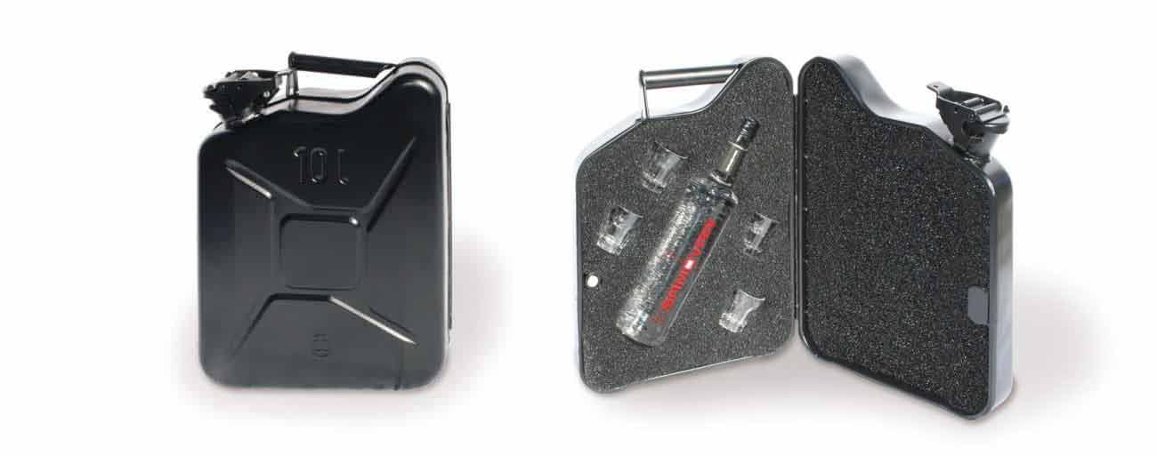 O toque de humor esta na caixa contendo uma garrafa de vodka e copos em formato de tanque de combustível reserva.