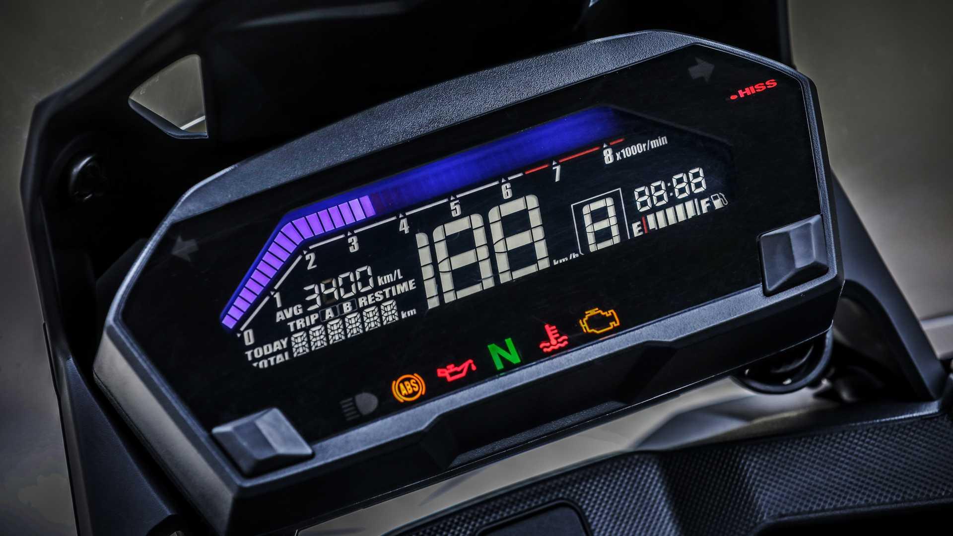 A crossover também traz iluminação em LEDs e painel de LCD