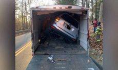 Mulher pede socorro por estar presa dentro do carro… no interior de um caminhão!