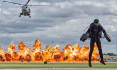 Ex-fuzileiro navail voa com traje movido a jato ao lado maior porta-aviões do Reino Unido. Veja o vídeo