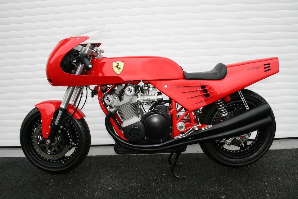 A única motocicleta que tem permissão para carregar o nome e logotipo da Ferrari