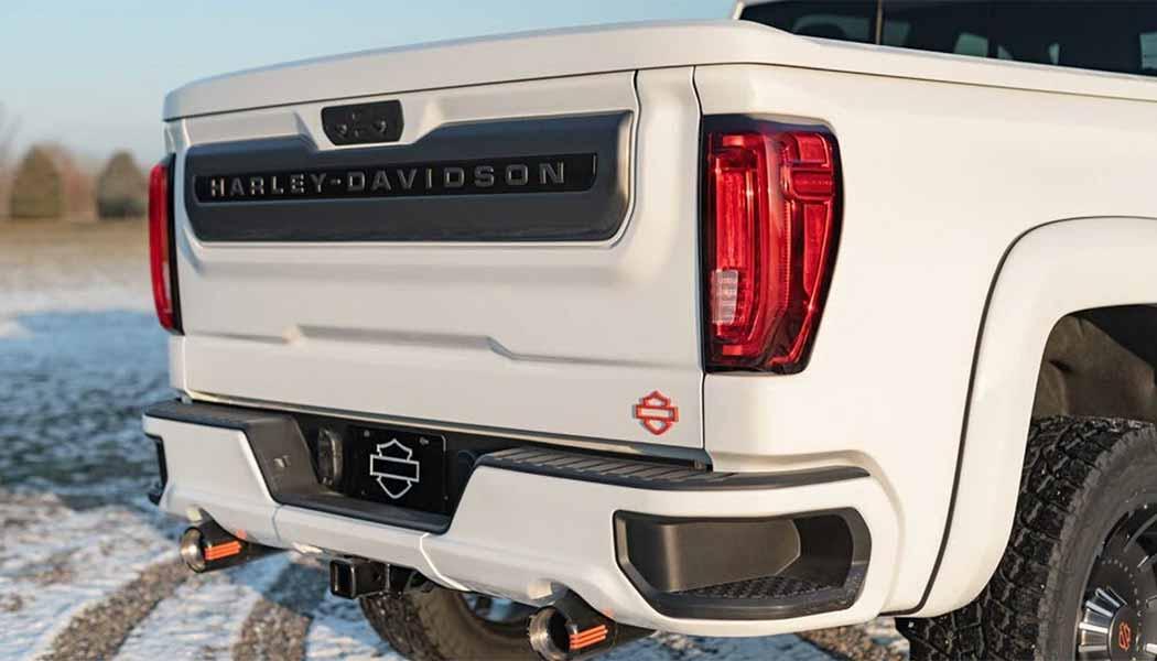 A traseira também traz novidades com a inscrição e o logotipo da marca estampada na porta traseira