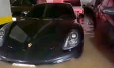 Lamborghini e Porsche ficam alagados em garagem de São Paulo