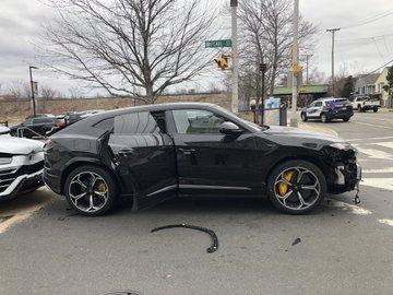 Criminosos furtam e destroem dois Lamborghini Urus