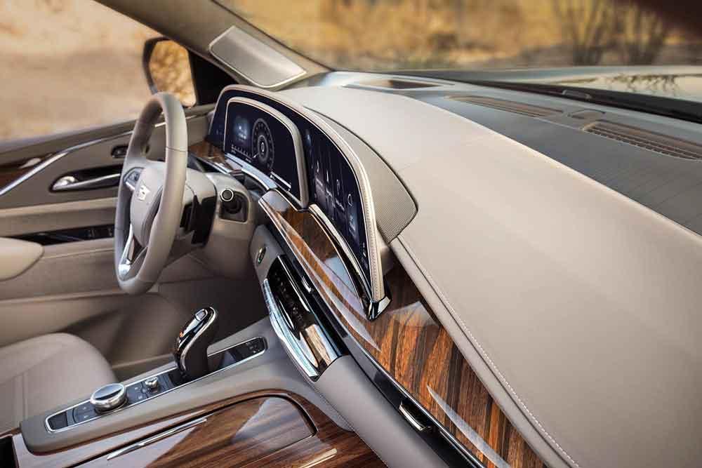 Pela primeira vez em um SUV, encontramos um sistema OLED curvo de 96,5 cm de comprimento composto por três telas.