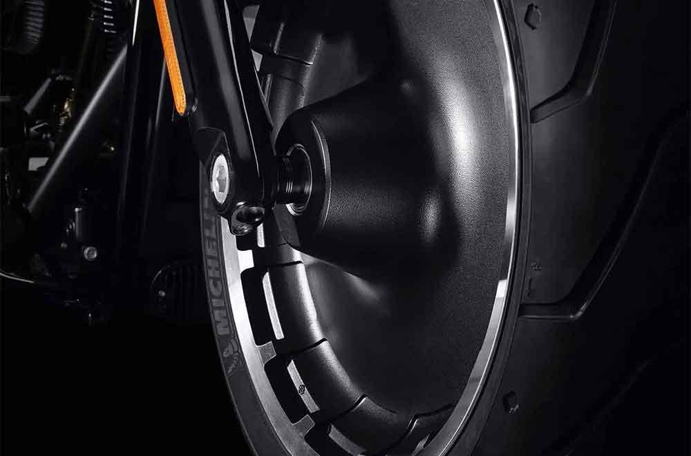 O belo conjunto de rodas sólidas em alumínio fundido