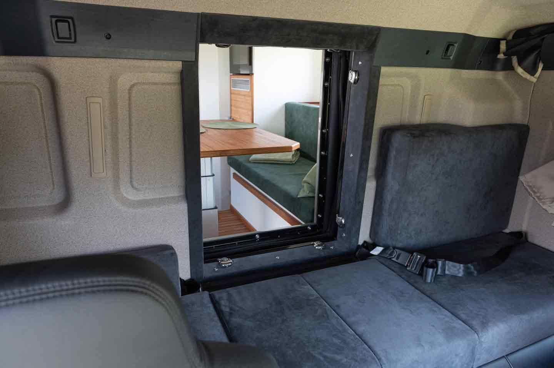 O acesso ao módulo do motorhome da Unicat é feito através de uma passagem da cabine do motorista ou uma escada pela porta lateral.