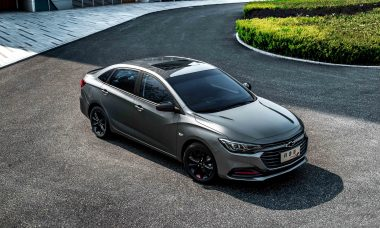 Chevrolet Monza ganha tecnologia híbrida leve na China