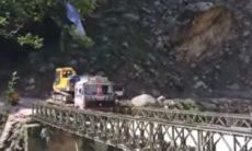 Vídeo flagra momento em que ponte desaba na travessia de caminhão