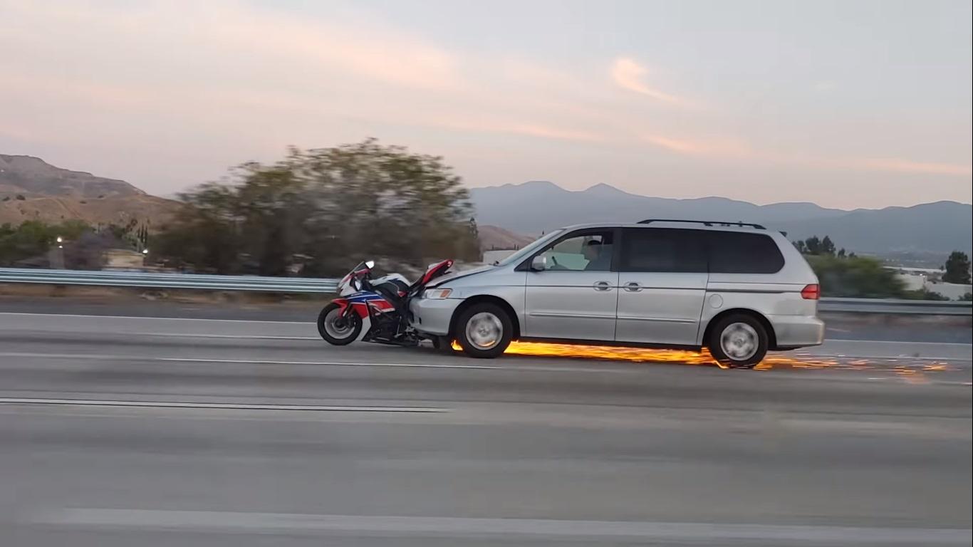 Vídeo: Motorista de minivan arrasta moto por quilômetros