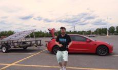 YouTuber usa painéis solares para carregar baterias do Tesla Model 3: Funcionou?
