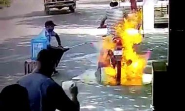 Moto pega fogo ao ser desinfectada; veja o vídeo