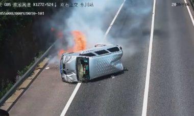 Vídeo: Van pega fogo após acidente na China