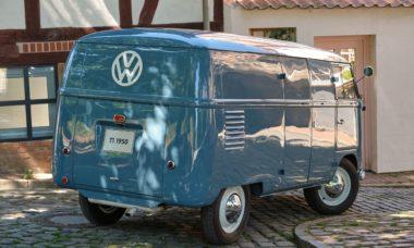 VW Kombi mais antiga do mundo completa 70 anos