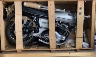 Uma Norton Commando 850 de 1977 , 0km e ainda na caixa, vai a leilão. Foto: Divulgação