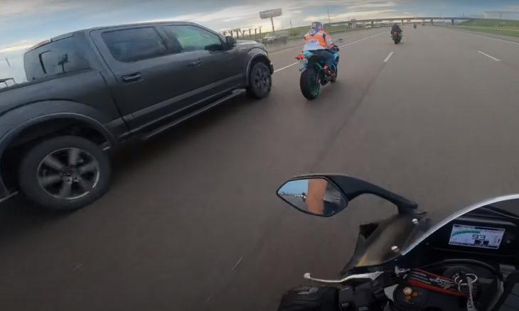 Vídeo flagra colisão de picape contra motociclista nos EUA