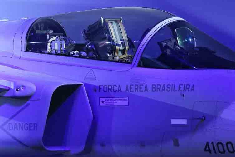 Desenvolvido em conjunto pela Saab e pela Embraer, o Gripen F-39E tem dois assentos, para permitir missões de treinamento e de maior complexidade que exijam um segundo piloto - Fabio Rodrigues Pozzebom/Agência Brasil