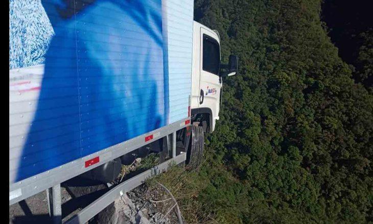 Caminhão fica pendurado em penhasco na Serra do Rio do Rastro. Foto: PMRv/Divulgação
