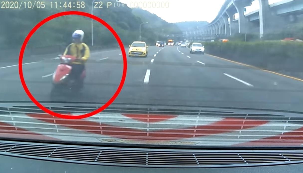 Vídeo: Piloto de scooter causa acidente com 10 carros