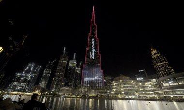 Porsche transforma prédio mais alto do mundo em propaganda do elétrico Taycan