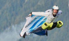 BMW cria traje planador motorizado para ultrapassar os 300 km/h