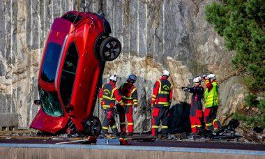 Volvo joga carros de guindaste para treinar socorristas na Suécia