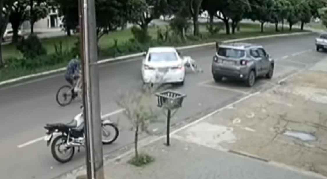 Motorista agride e atropela mulher durante briga de trânsito. Foto: reprodução Youtube