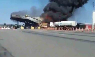 Colisão e explosão de caminhão em praça de pedágio deixa quatro mortos; veja o vídeo. Foto: reprodução Twitter