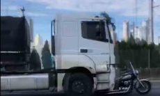 Morre mulher que estava em moto arrastada por carreta na BR101. Foto: Reprodução Youtube