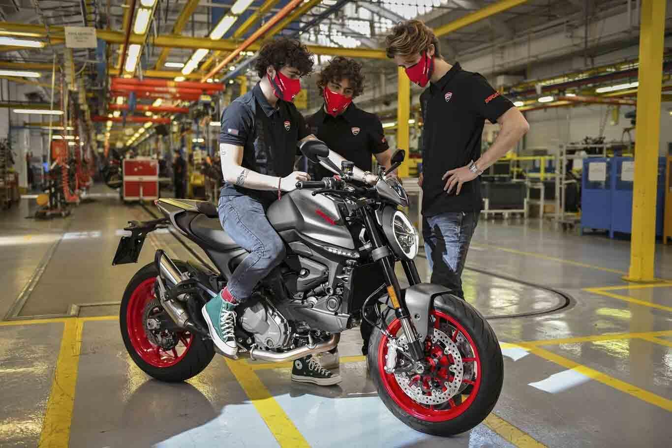 As primeiras Ducati Monsters de 2021 já saíram da linha de montagem e, para receber a primeira unidade, a fábrica italiana chamou os seus pilotos italianos de MotoGP, Pecco Bagnaia, Enea Bastianini e Luca Marini . Foto: Divulgação