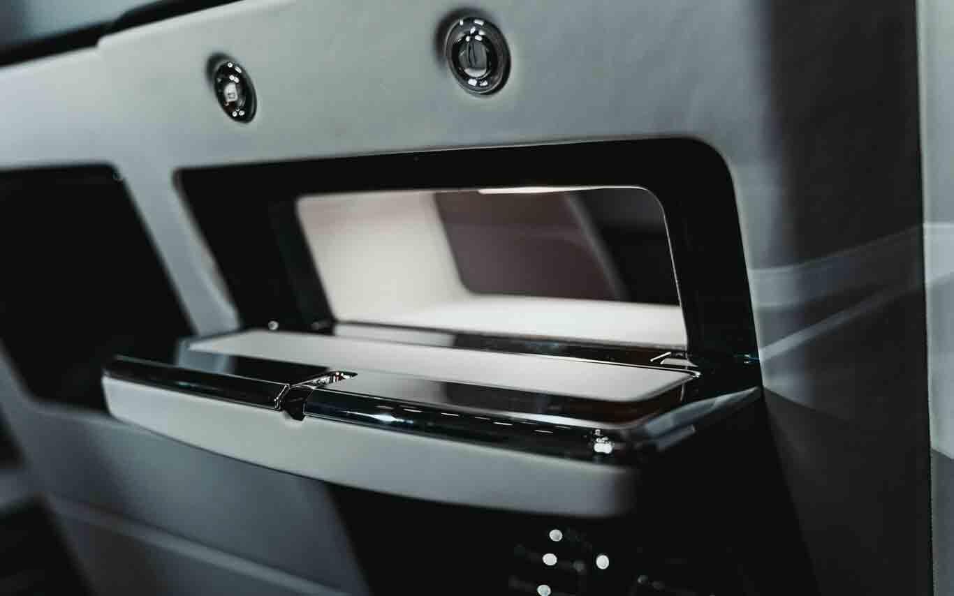 No caso de precisar passar ou receber algo, uma grande abertura controlada exclusivamente pelo passageiro