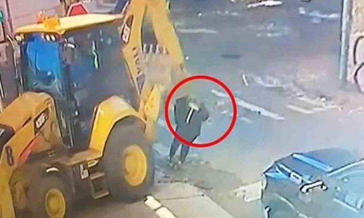 Vídeo mostra retroescavadeira atropelando e matando mulher de 61 anos em Nova York (cenas fortes)
