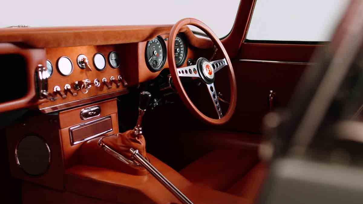 Jaguar E-Type dos anos 1960 ganha toques de esportivo moderno nas mãos da Helm. Foto: Divulgação