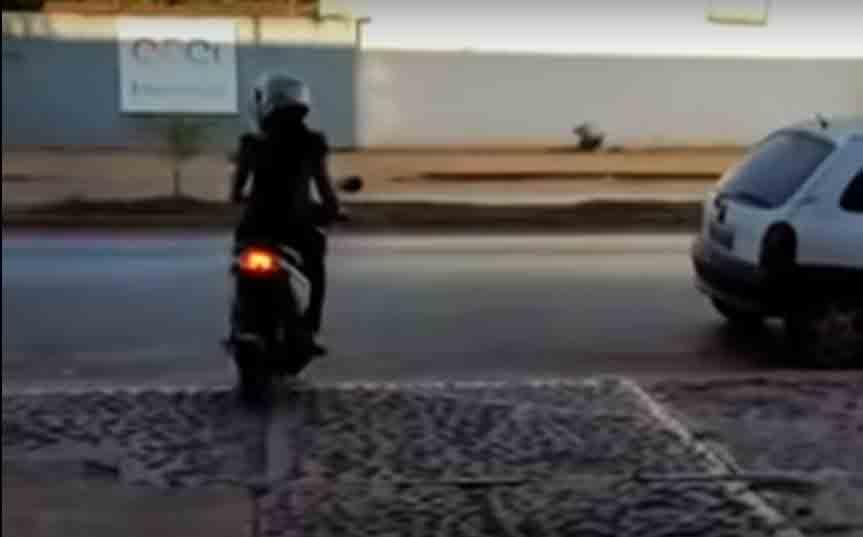 Mulher é atropelada ao deixar concessionária com moto nova; veja o vídeo. Foto: Reprodução Youtube