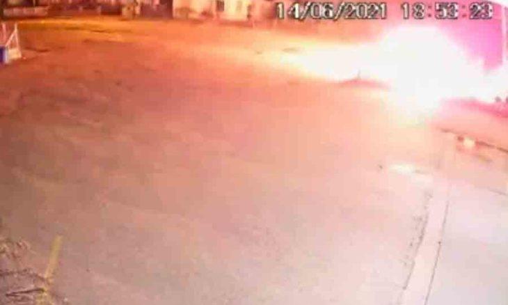 Batiada frontal de motos causa explosão e deixa feridos graves em Brusque (SC); veja o vídeo. Foto: Reprodução