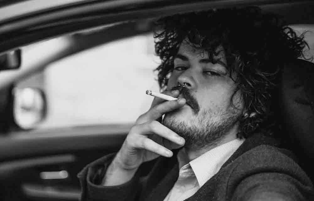 Atirar a bituca de cigarro pela janela carro, pode dar multa de R$ 1.200 e possível pena de prisão. Foto: Pexels