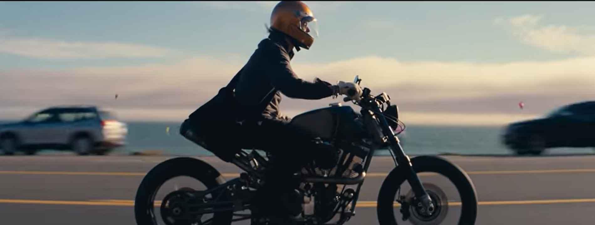 Brad Pitt  pilota a moto mais cara do mundo em novo anúncio da De'Longhi. Foto: Reprodução Youtube