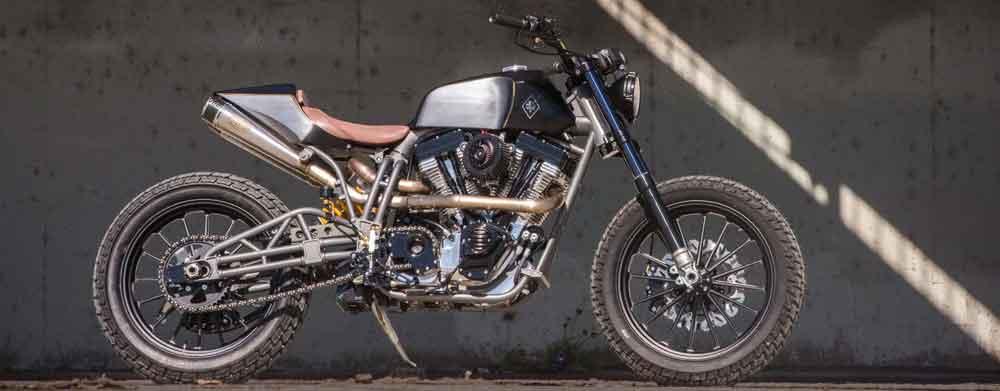 Brad Pitt pilota a moto mais cara do mundo em novo anúncio da De'Longhi. Foto: Divulgação